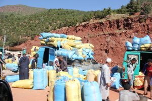Mercato del grano in un villaggio marocchino ai piedi dell'Atlrante